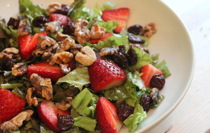 salade-met-aardbeien-en-walnoten