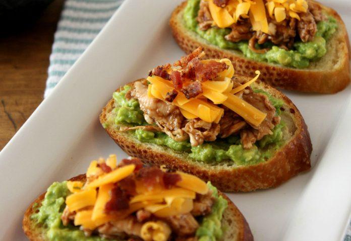 crostini-met-kip-en-avocado