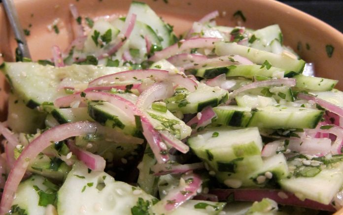 komkommersalade-met-gember-en-sesamzaad