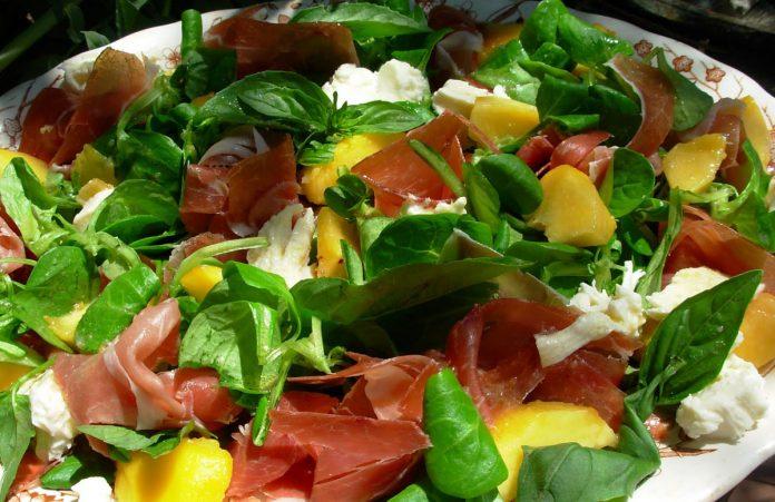 salade-van-perzikken-en-serranoham