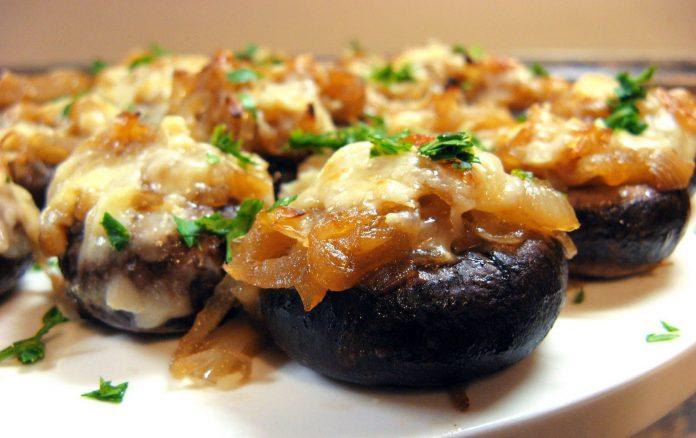 gevulde-champignons-met-ui-en-kaas