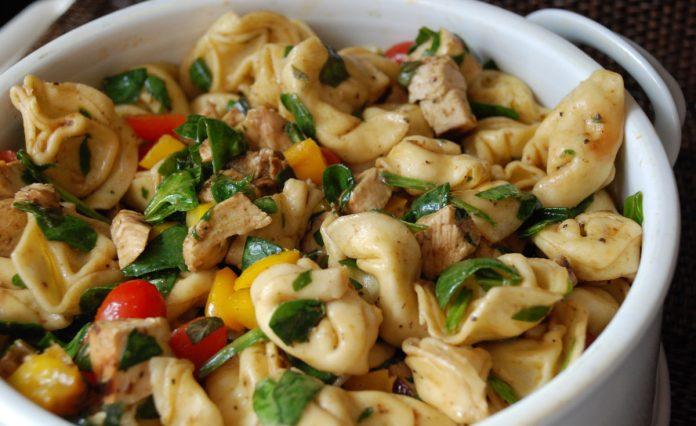 tortellini-salade-met-cherry-tomaatjes-en-spinazie