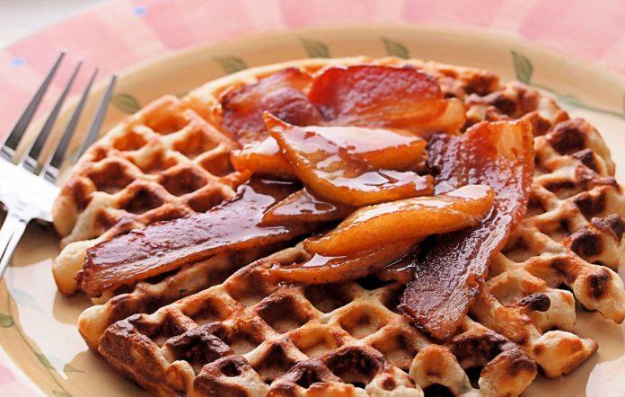 wafels-met-bacon-en-kaneelappeltjes