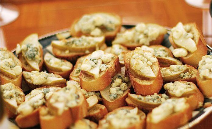 crostini-met-peer-en-blauwe-kaas