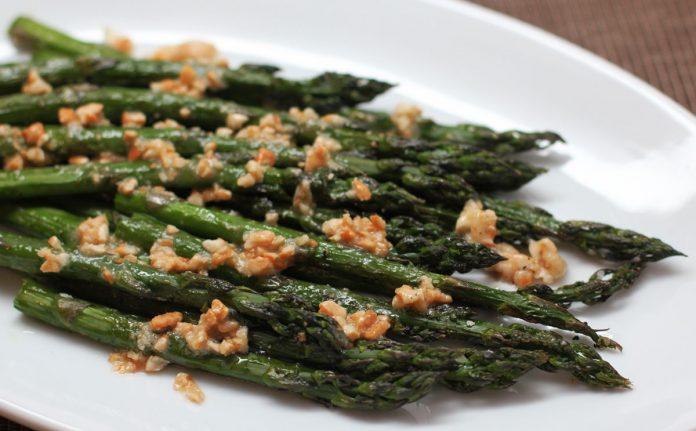 groene-asperges-met-cashewnoten