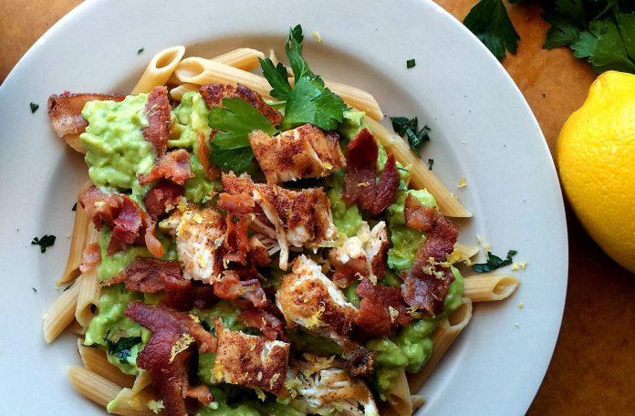 avocado-pasta-met-kip-en-bacon