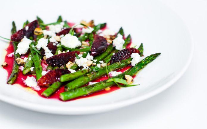 groene-asperge-salade-met-bloedsinaasappel
