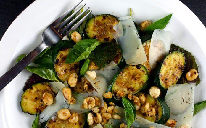 courgette-salade-met-hazelnoten