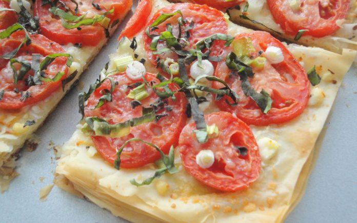 pizza-van-filodeeg-met-tomaat-en-basilicum