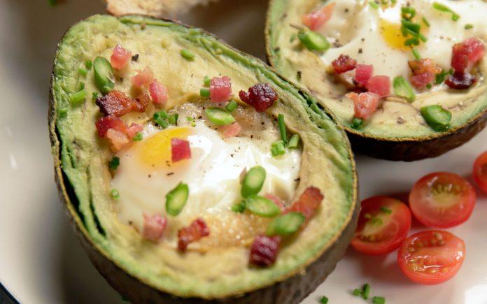 avocado-gevuld-met-gebakken-ei