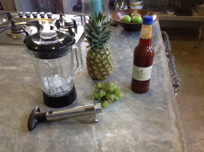 Dit is een heel simpel recept voor een heerlijk frisse Ananas druiven smoothie met honing, heerlijk fris en gezond.