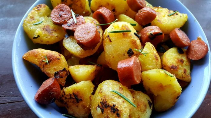 Gebakken aardappels met rookworst voor 4 personen.