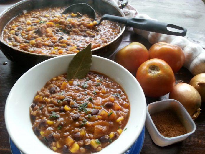Zwarte bonen en linzen chilli